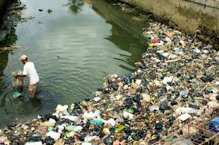Buang sampah di sungai