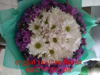 rangkaian bunga tangan aster model bulat
