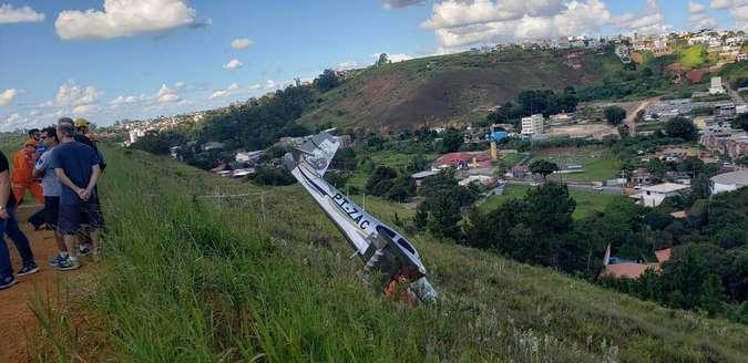 Avião com dois tripulantes cai em Juiz de Fora