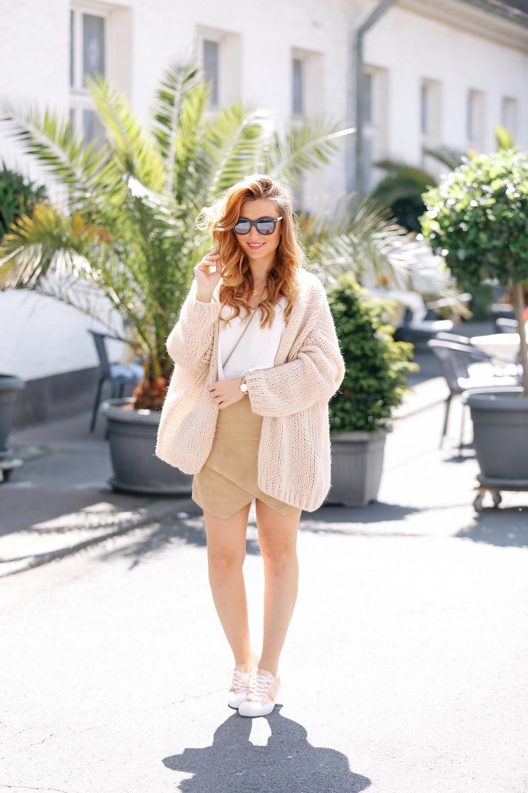 weißes.top-brauner-wildlederrock-ivyrevel-blogger--style-weiße-furla-tasche-fashionstylebyjohanna-furla-tasche-weiße-tasche-kombinieren