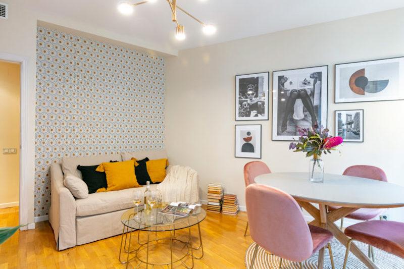 Zona de los sofás de apartamento clásico chic con sofá de IKEA
