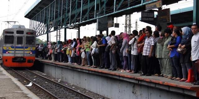 Menggunakan Kereta Commuter Line