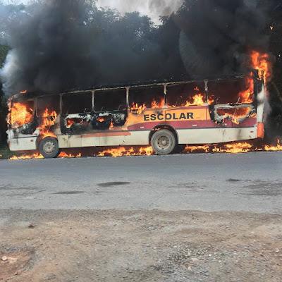 Ônibus da Viação Mina do Vale pegou fogo no Bairro do Bloco D1 em Registro-SP