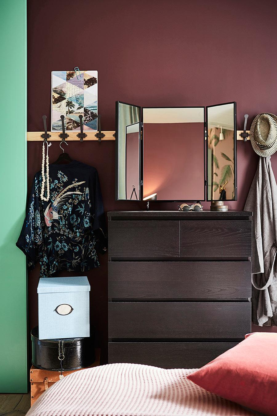 catalogo ikea 2020 dormitorio con tocador madera y perchero