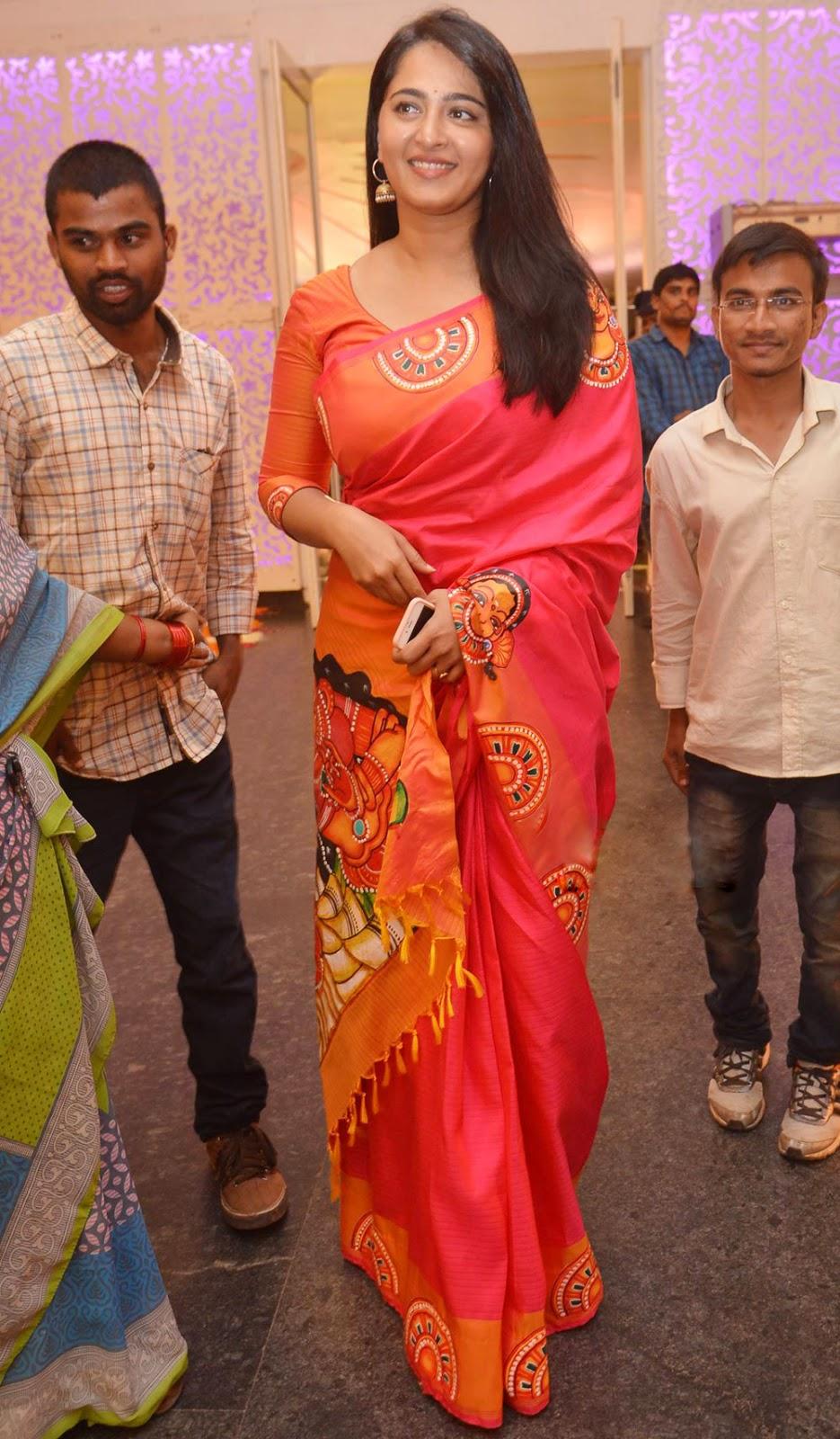 Anushka Shetty Pattu Saree In Wedding Photos | Latest ...