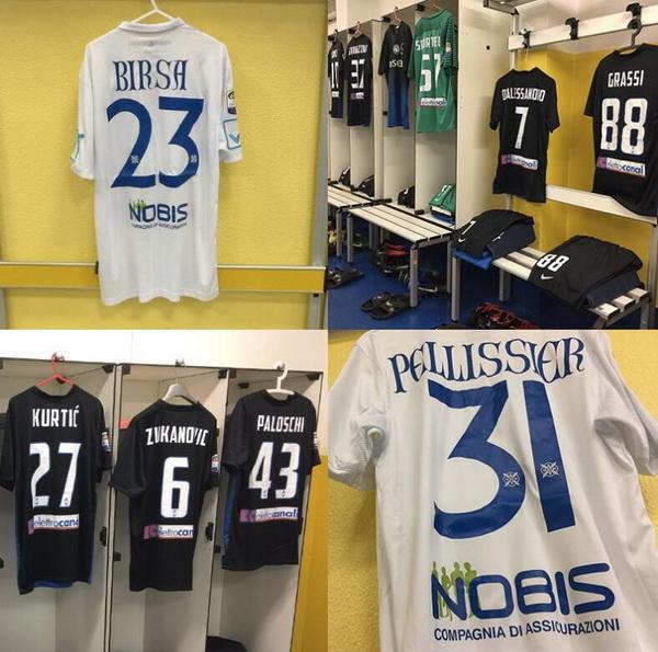 d6eeaa72c79ccd Il nuova maglie calcio Chievo Verona Terza 16-17 poco prezzo è bianca con  una striscia turchese. È dotato di un altro distintivo diverso, questa  volta con i ...