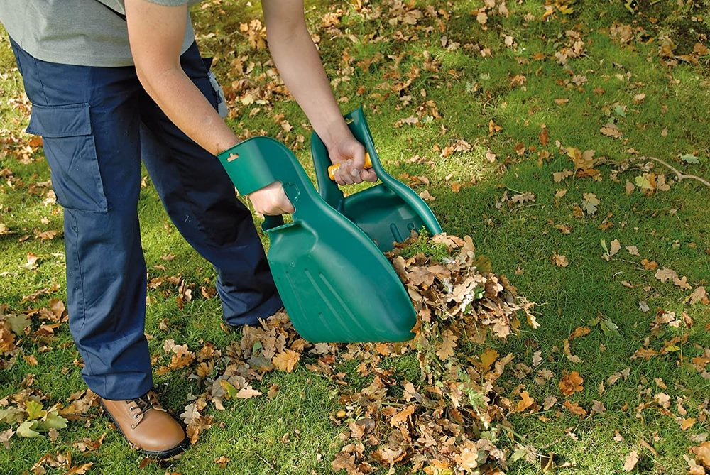 recoger hojas de jardin con palas de mano