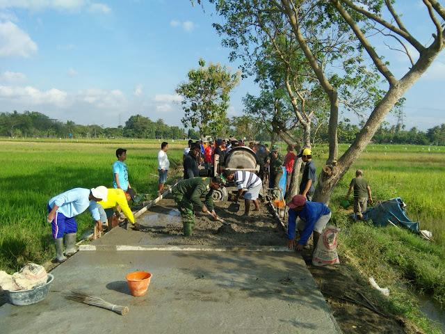 Prajurit Yang Diterjunkan di TMMD Desa Jimbung Juga Paham Konstruksi Bangunan