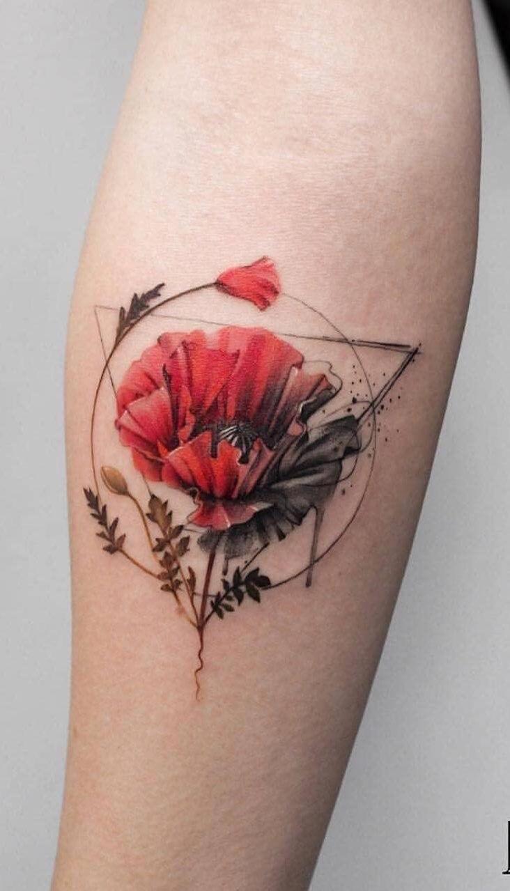 Vemos un tatuaje de línea fina elegante