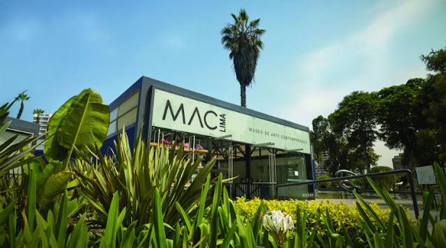 entrada de um museu com o letreiro escrito MAC