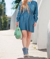 ハンドバッグを持って歩いているワンピース姿の女性