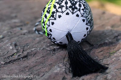 Вышивка крестиком - елочный шар по Шерлоку