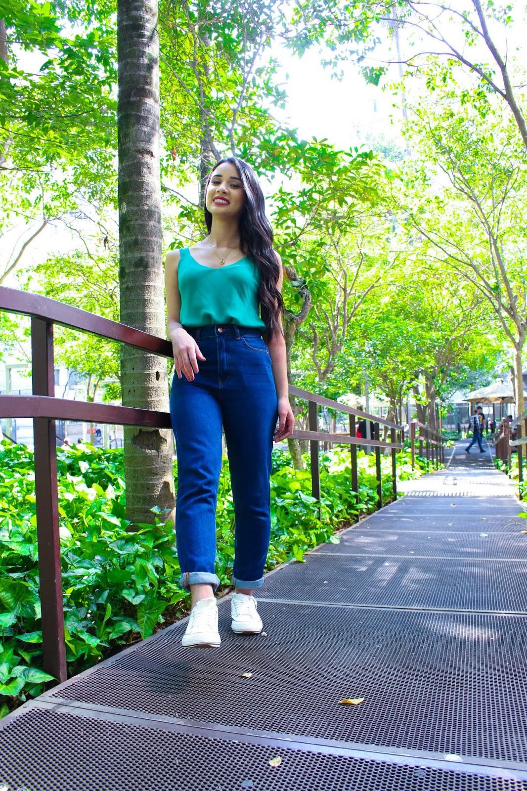 Look do Dia: Mom Jeans e Blusa Regata