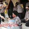Bocah Penjual Jalangkote di Depan Masjid Syuhada  45 , Dapat Rezki Dari Kapolda Sulsel