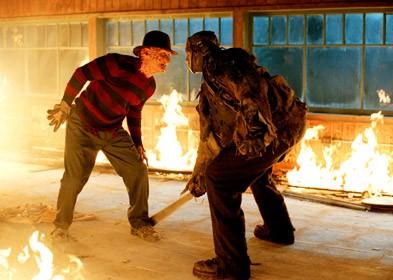 Foto de Freddy Krueger dentro de una casa ardiendo con Jason Voorhees