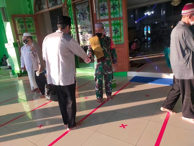 Sinergi Babinsa-Bhabinkamtibmas Terapkan Prokes Pelaksanaan Sholat Idul Adha