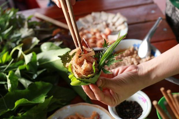 Gỏi lá Kon Tum - món ăn đặc sắc của người Ba Na với hơn 30 loại lá rừng