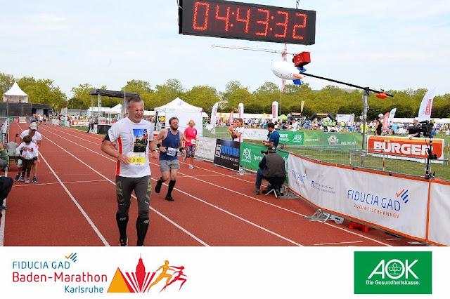 Ich beim Zieleinlauf nach 14 km beim 1/3 Marathon 2019 in Karlsruhe