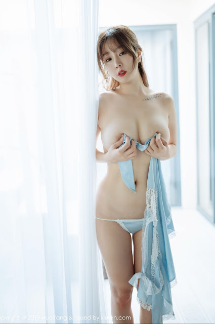 hot-cristal-vang-nude-puffy-nipples-girl-naked-pool