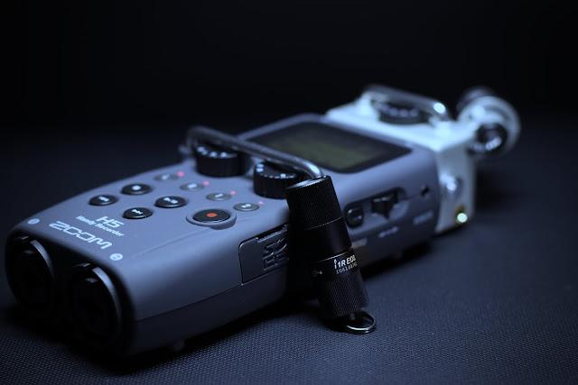 Olight i1R na tle rejestratora Zoom H5