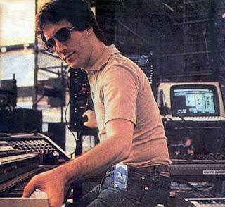 Larry Fast con sus sintetizadores durante la etapa norteamericana de apoyo al cuarto álbum de Peter Gabriel en 1982-83