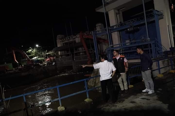 [Foto] Aksi Anies Tangani Korban Banjir yang Tak Dimuat Media Arus Utama