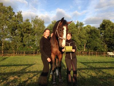 Claudia Wolters en Anneke Hollanders poseren met paard en Equine 500!