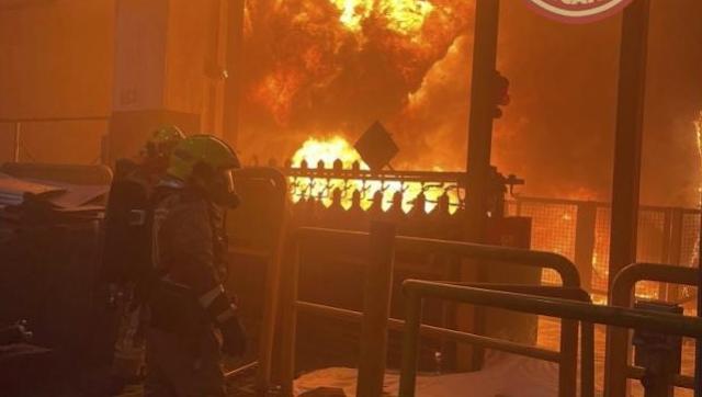 """Bomberos extinguen un """"espectacular"""" incendio originado en un depósito de 40.000 l de aceite"""