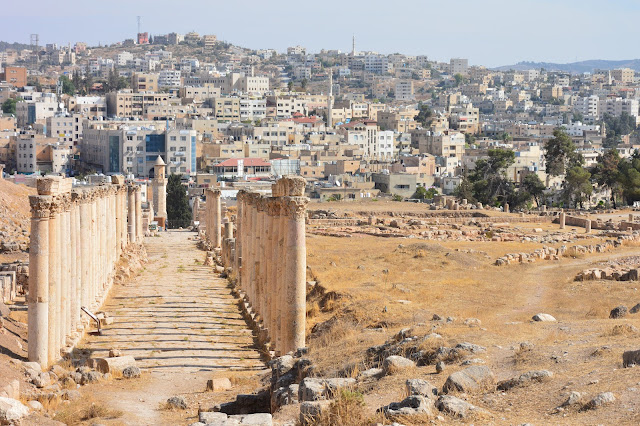 Vue sur le Decumanus sud (axe est-ouest) et sur la nouvelle ville de Jérash
