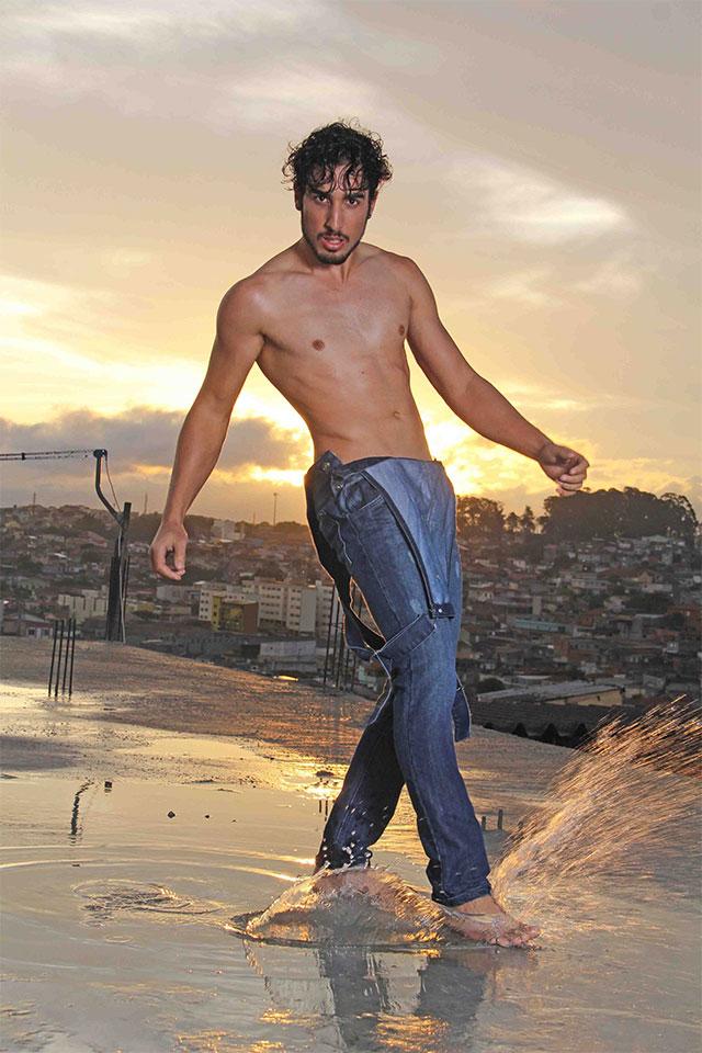Sósia de Marcos Mion, ex-camelô posa na laje de estúdio fotográfico. Foto: Jorge Beirigo