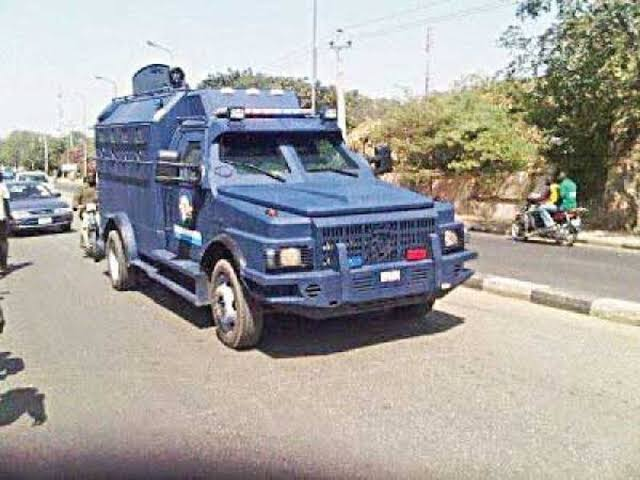 Armed robbers attack bullion van, kill four policemen