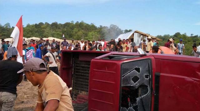 Warga rusak mobil pick up milik PT Semen Indonesia