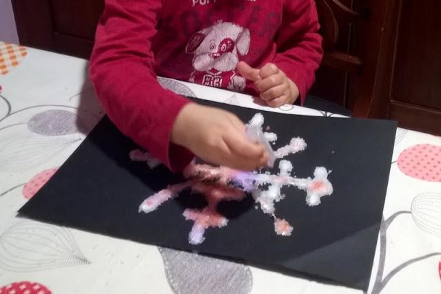 fare fiocchi di neve con i bambini