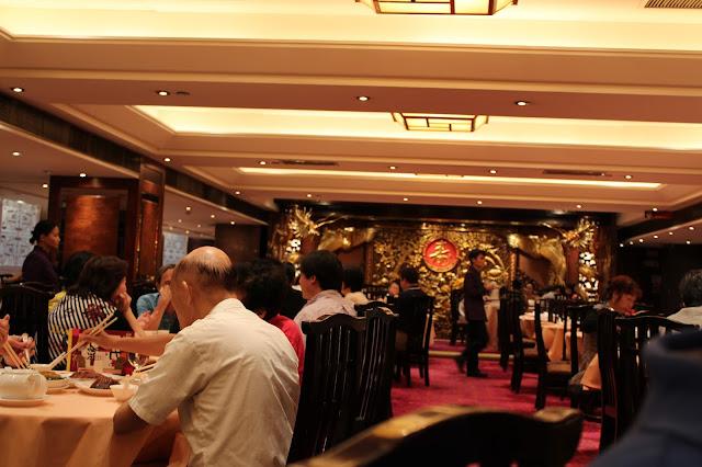 Inde på Yung Kee restaurant i Hong Kong.