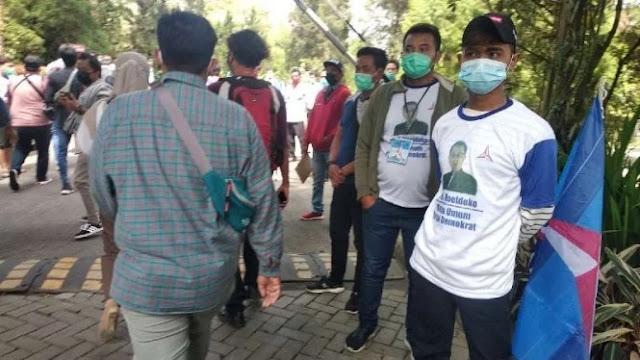 Ramai Pemuda dengan Kaus Wajah Moeldoko di Area KLB Demokrat