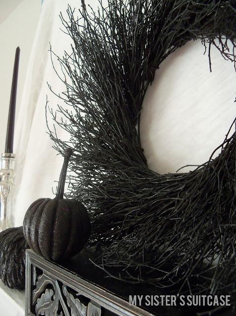 30 Spooky Halloween Wreaths - Lots of inspiration for your perfect Halloween Wreath!! { lilluna.com }