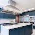 Cozinha com marcenaria clássica azul + ilha com  cooktop Viking!
