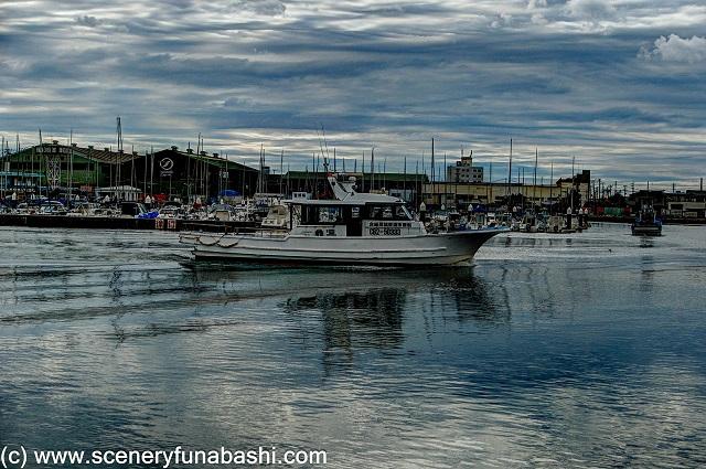 曇り空の船橋漁港。 手前に漁船。