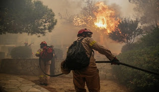 Ανεξέλεγκτη η φωτιά σε Κινέτα, Πεντέλη - Κάηκαν δεκάδες σπίτια, στις φλόγες ξενοδοχείο LIVE