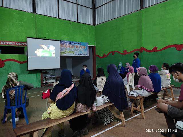 Mahasiswa KKN T AKB Kelompok 111 UMP 2021 Mengolah Limbah Kulit Nanas Sebagai Produk Unggulan