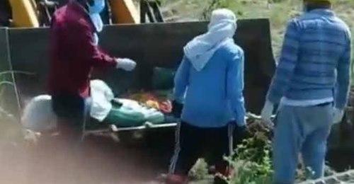 शर्मसार: पिता की मौत के बाद बेटों ने नहीं दिया कंधा, जेसीबी से कराया जमीन में दफन