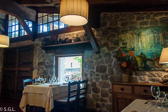 Comedor del restaurante Eneperi en San Juan de Gastelugatxe