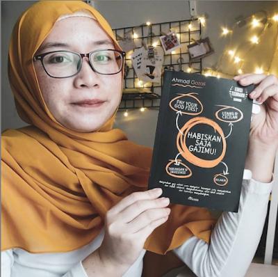 Review Buku Habiskan Saja Gajimu, Ahmad Gozali