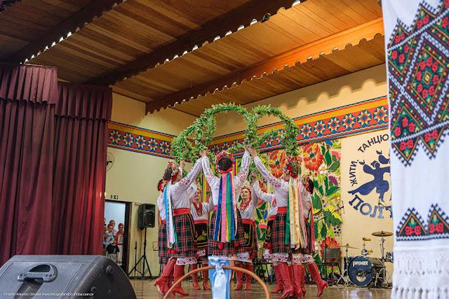 Apresentação de grupo de danças ucranianas no palco do Clube Poltava