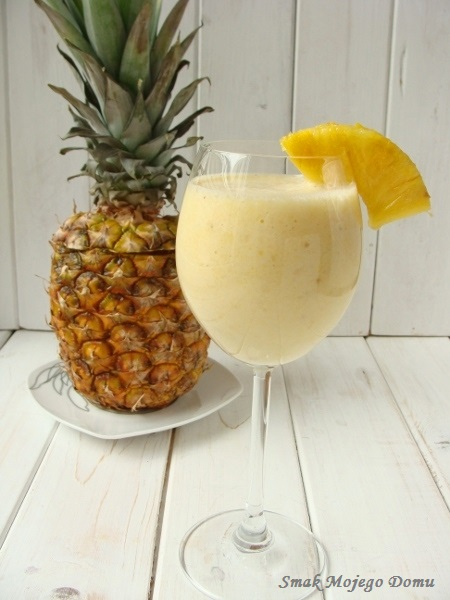 Mleczny koktajl z ananasem i bananem