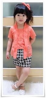 3. Baju kebaya brokat modern warna peach padu padan dengan rok batik