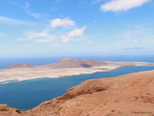 Ausflugsziele Lanzarote - Aussichtspunkt am Mirador del Rio mit Blick auf die Insel la Graciosa