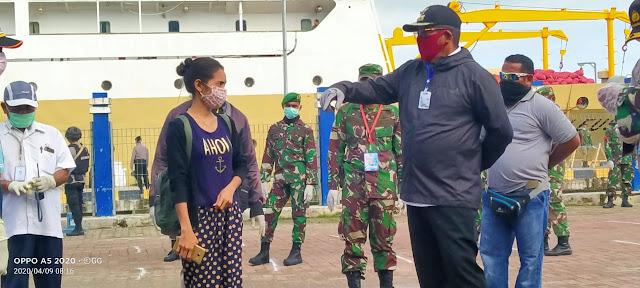 Bupati Maluku Tenggara M.Thaher Hanubun saat memantau langsung pemeriksaan penumpang KM.Leuser di Pelabuhan Yos Sudarso Tual Kamis (9/04/2020)