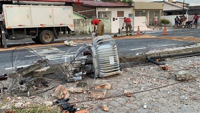 Motorista colide carro com poste e derruba muro de casa após capotar veículo, na PB