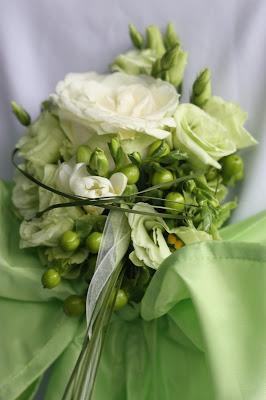 Stuhlsträußchen Trauung - Hochzeit in Grün und Weiß im Riessersee Hotel Garmisch-Partenkirchen Bayern, Regenhochzeit im Sommer, Wedding Bavaria - wedding green white